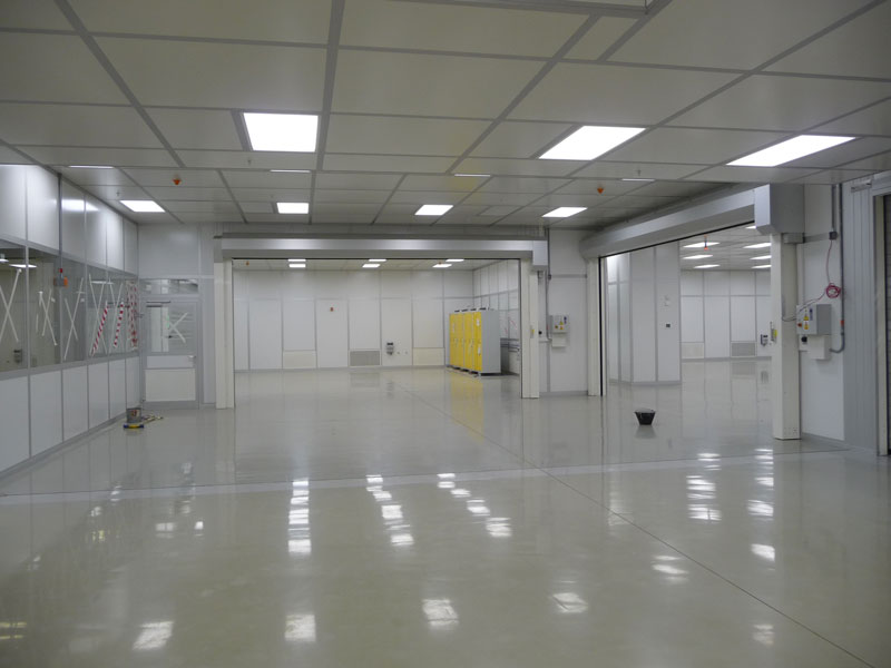 Modular cleanroom bays with roller doors