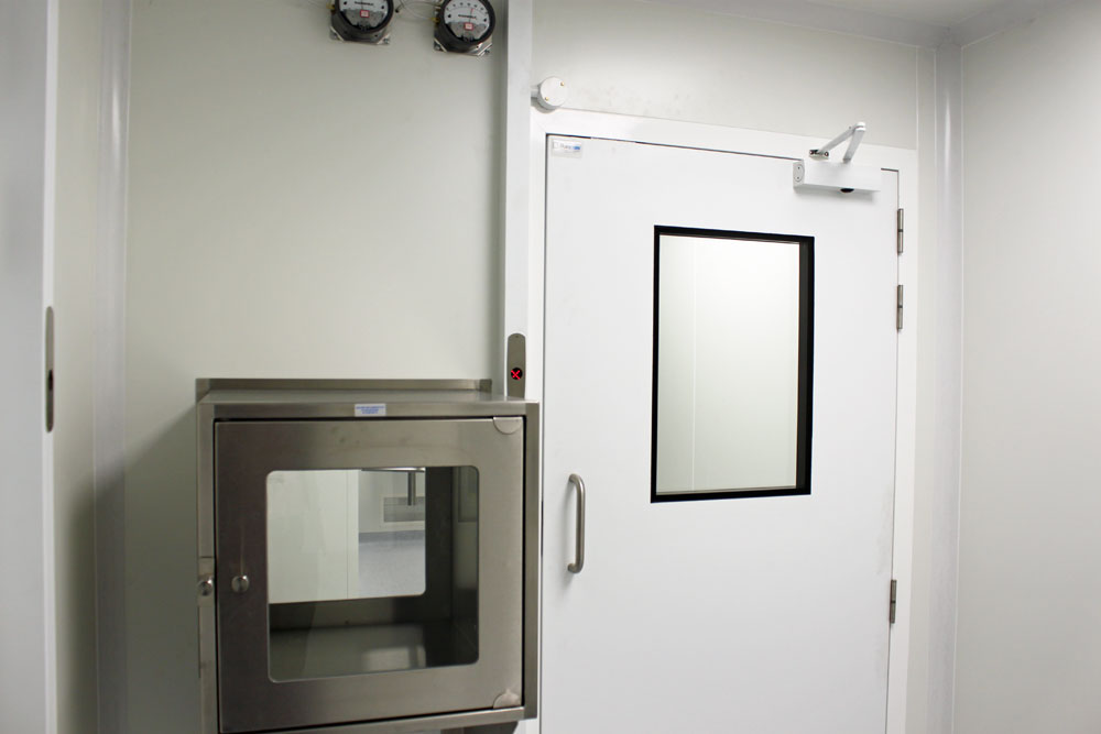 M2i Cleanroom interlock doors and pass-through