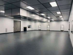 Modular cleanroom with robot enclosure